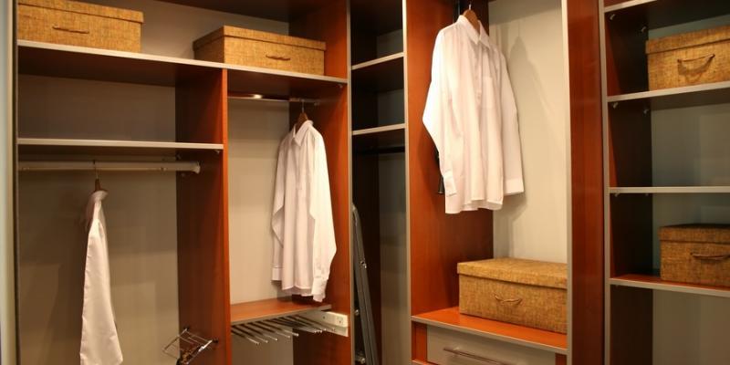 Jak urządzić garderobę w małej sypialni