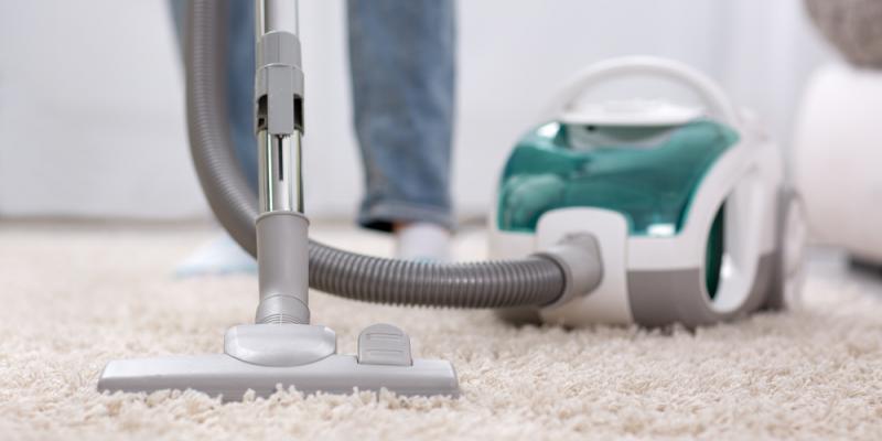 Szafa gospodarcza – kącik z akcesoriami do sprzątania