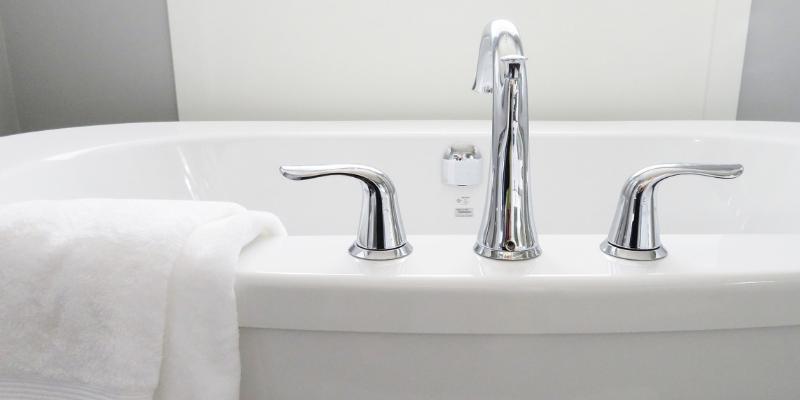 7 sposobów na skuteczne czyszczenie kamienia w łazience